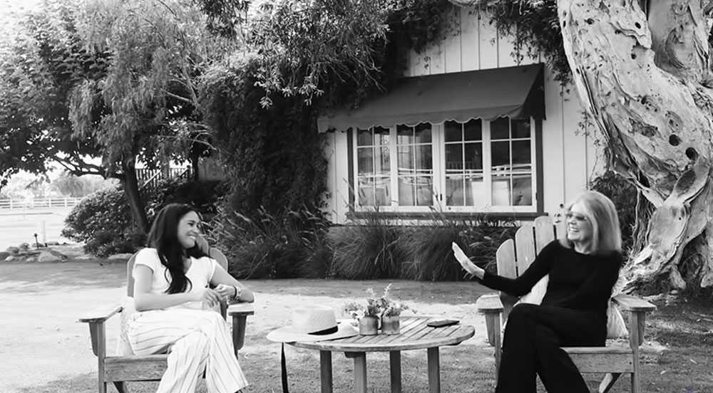 Snyggt skuret skandinaviskt. Meghan i randiga byxor i viskos från Anine Bing, en dansk-svenska som etablerat sig globalt och som är känd för enkla men snyggt skurna plagg som kan bäras både till vardag och fest. I trädgården i nya huset i Montecito samtalar Meghan med feministikonen Gloria Steinem, 86.