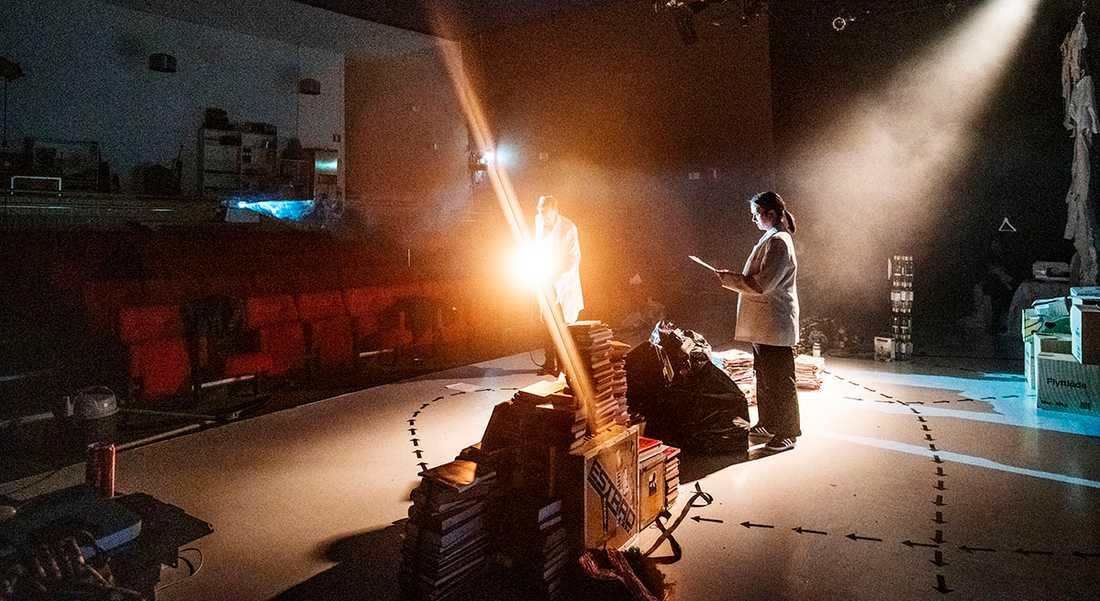 På moment:teater i Gubbängen söder och Stockholm kan man inte spela den föreställning man skulle fira sitt 20-årsjubileum med men man repeterar ändå.