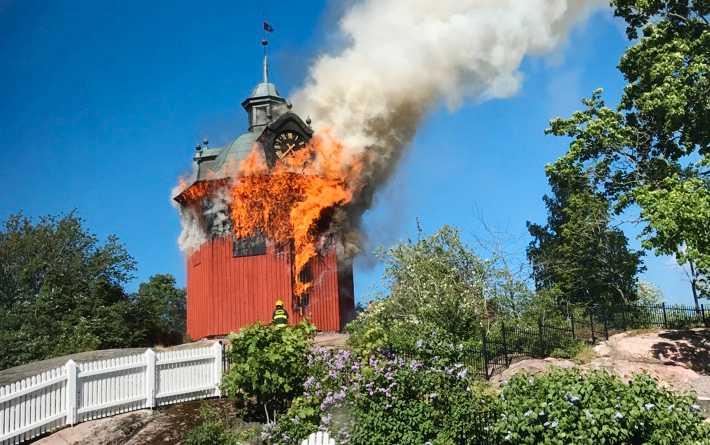 Östra klockstapeln i Nyköping brinner.