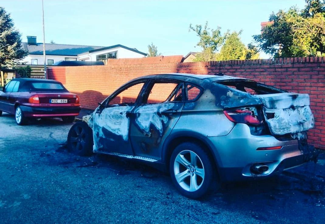 Familjen vaknade till åsynen av bilar som brunnit under natten.