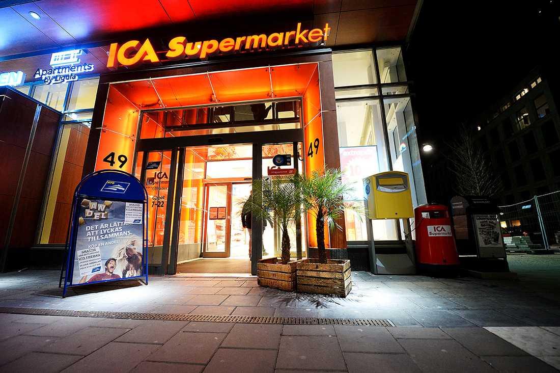Utanför ICA-affären står två palmer och en skylt.