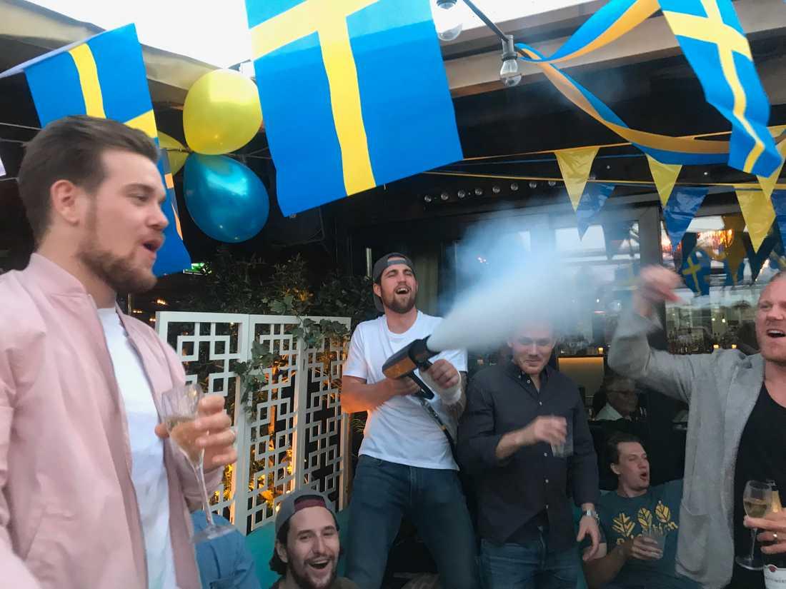 Erik Gustafsson avlossar en segerkanon.