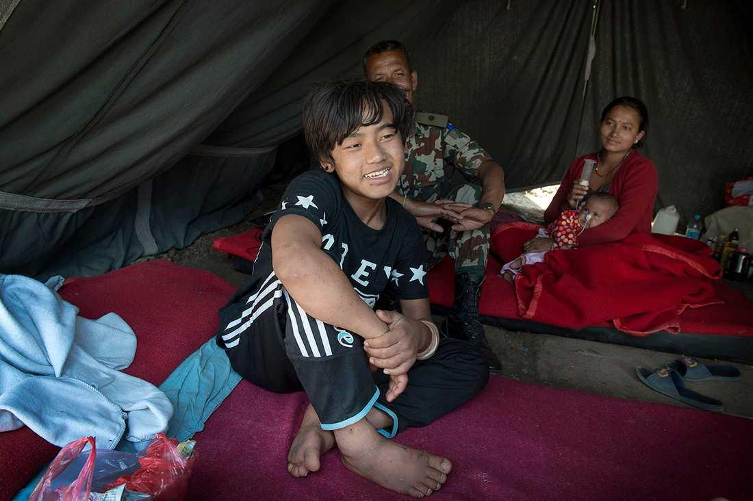 Pemba Tamang, 15, överlevde fem dygn under ett raserat sjuvåningshus.