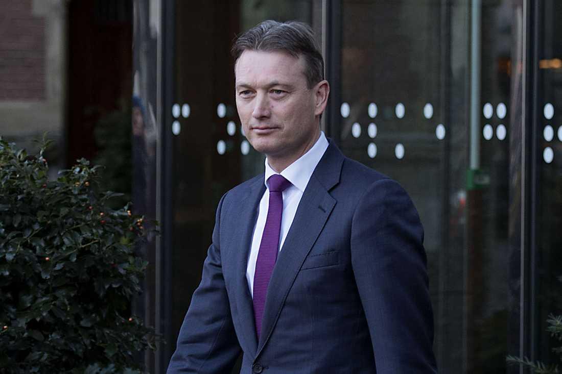 Den avgående utrikesministern Halbe Zijlstra lämnar det holländska parlamentet på tisdagen efter att ha meddelat sin avgång...