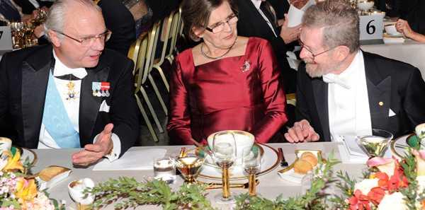 Kung Carl XVI Gustaf på förra årets nobelmiddag, i samtal med 2009 års pristagare i kemi George E. Smith. Precis som förra året får kungen Gunilla Storch, här i mitten, som bordsdam.