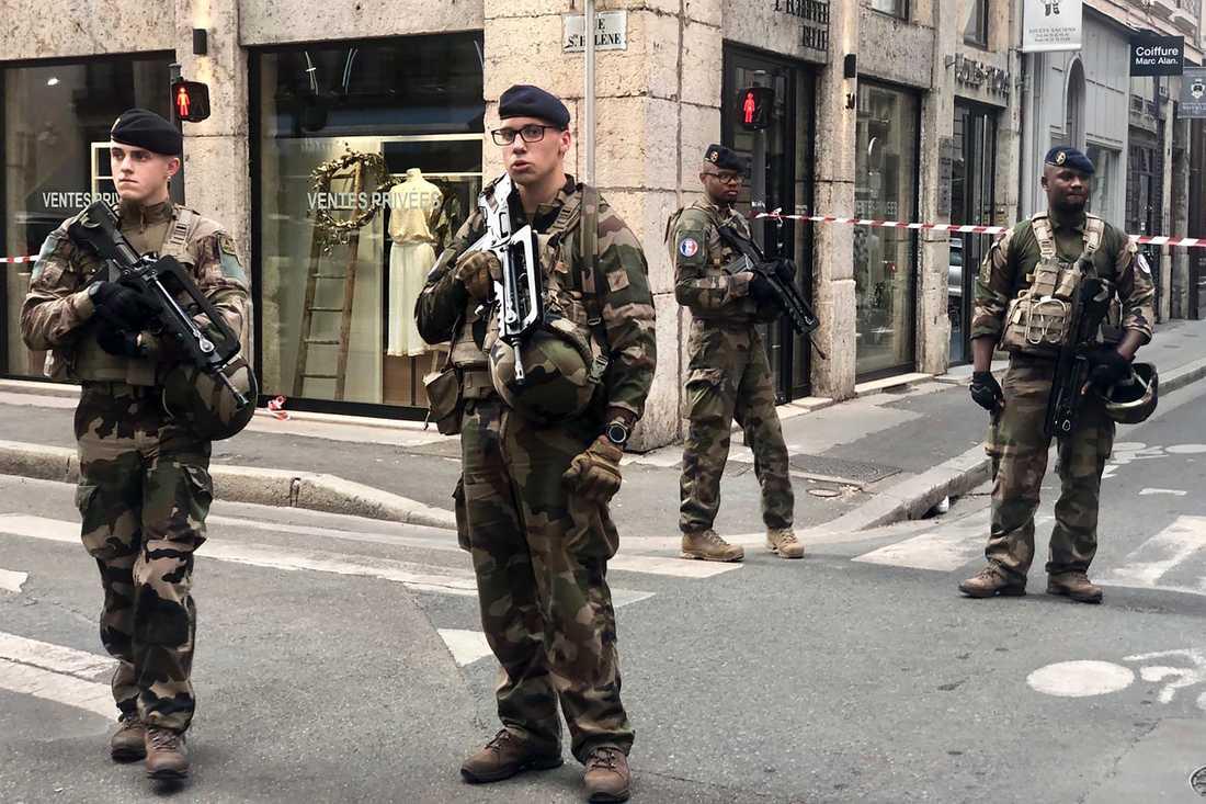 Franska soldater i området i Lyon där explosionen inträffade.