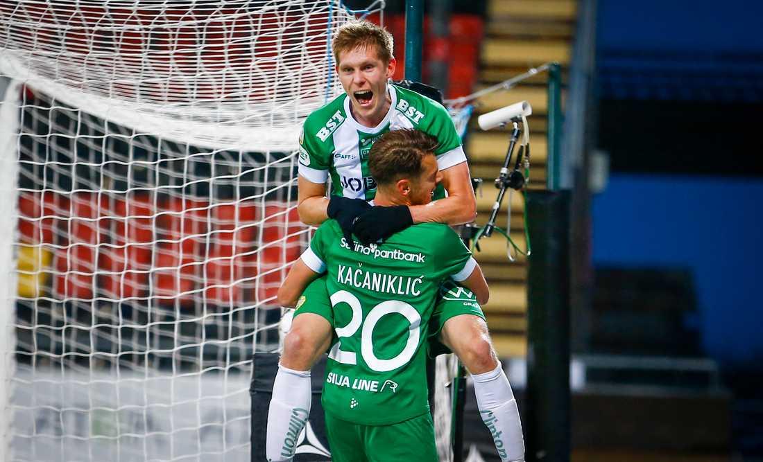 Hammarbys Aron Johansson jublar med Alexander Kacaniklic efter sitt 3-0-mål mot Östersund.