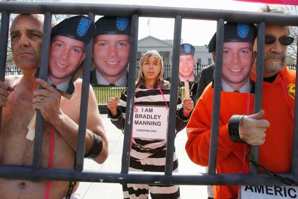 Förrädare eller hjälte? Många protesterar mot USA:s behandling av Bradley Manning.