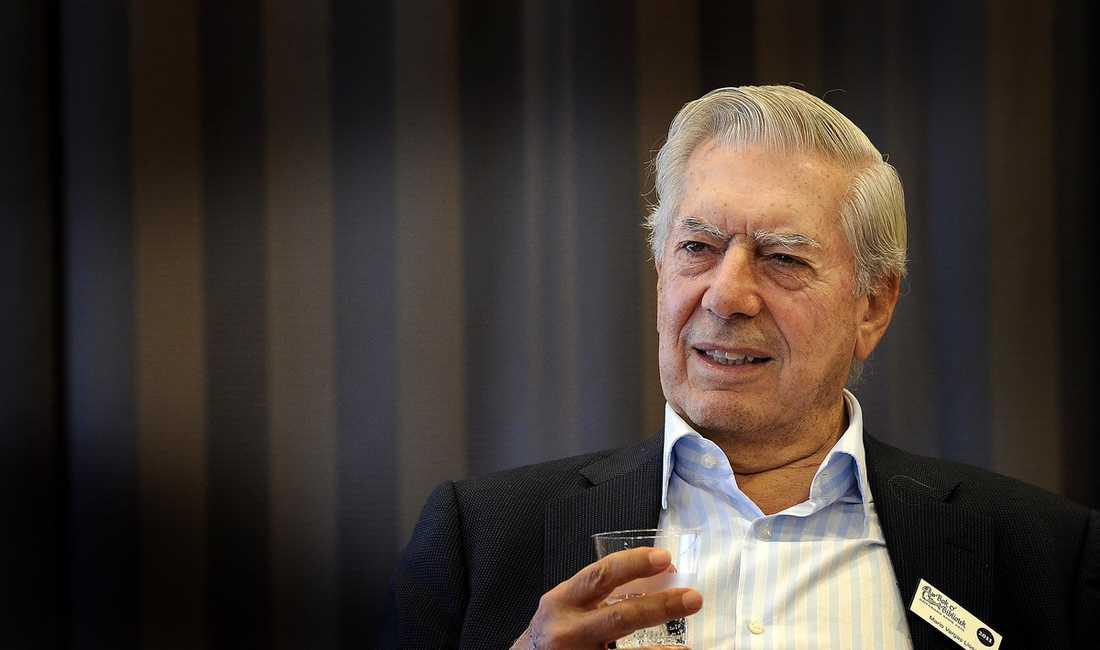 PLANERA INTE Mario Vargas Llosa berättar att han aldrig planerar noga vad han ska skriva om innan han börjar.  – Ämnena bara kommer till mig, inspirationen kan vara en bok eller ett samtal. Det är först när boken är klar som jag känner total kontroll. Foto: ROGER LUNDSTEN