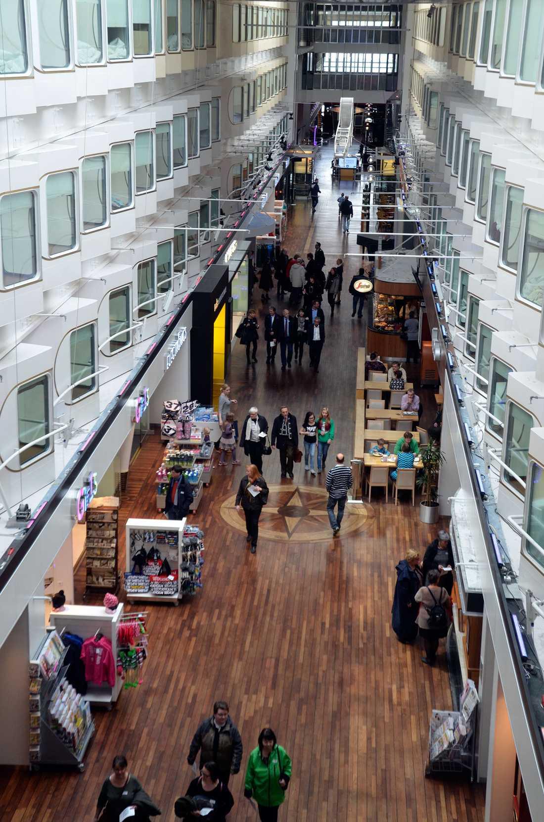 Främsta kännetecknet för Silja Serenade och Symphony är det 140 meter långa och 8 meter breda promenaddäcket mitt i fartygen, kantat av butiker och nöjen.