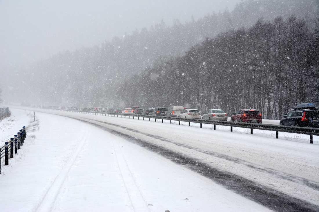 Snö och halka stället till det på vägarna.