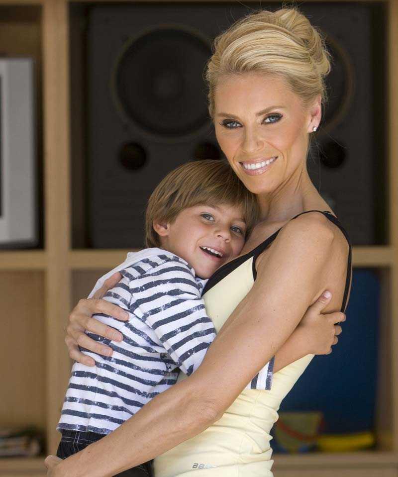 """I """"Svenska Hollywoodfruar"""" anmälde Anna Anka sina barn Elli och Ethan till en modellagentur. Ett av skälen var att hon ville att de skulle få uppleva känslan att själv arbeta ihop sina pengar."""