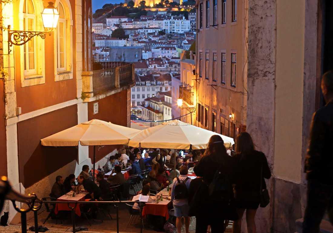 Restaurang i Lisabon med slottet Saint George i bakgrunden.
