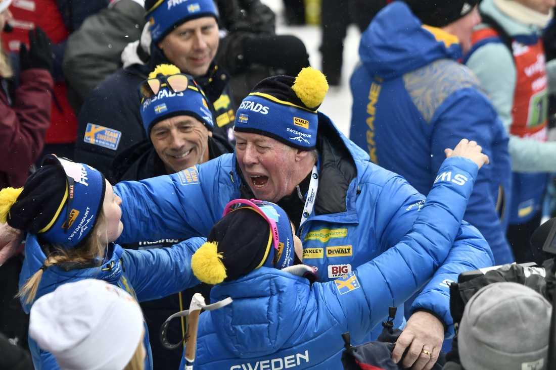Wolfgang Pichler jublar tillsammans med åkarna efter VM-silvret i damernas stafett i vintras.