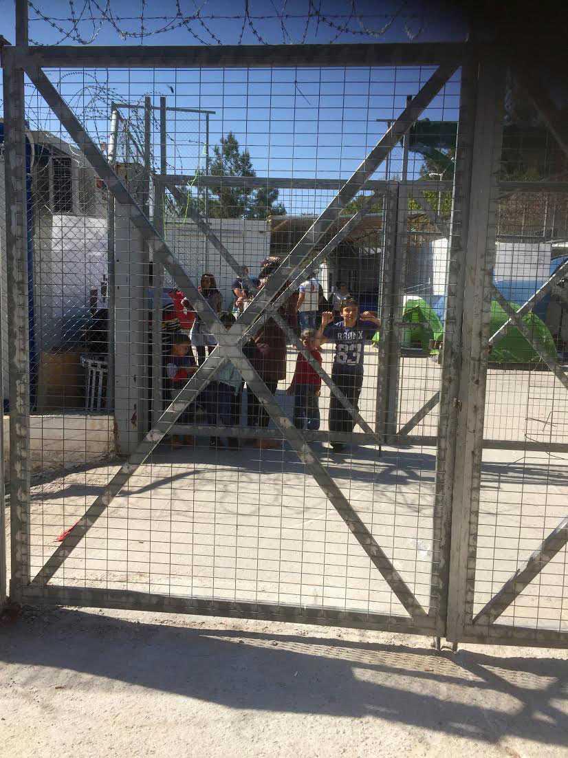 Ibrahim, 12, bakom stängslen på Samos.