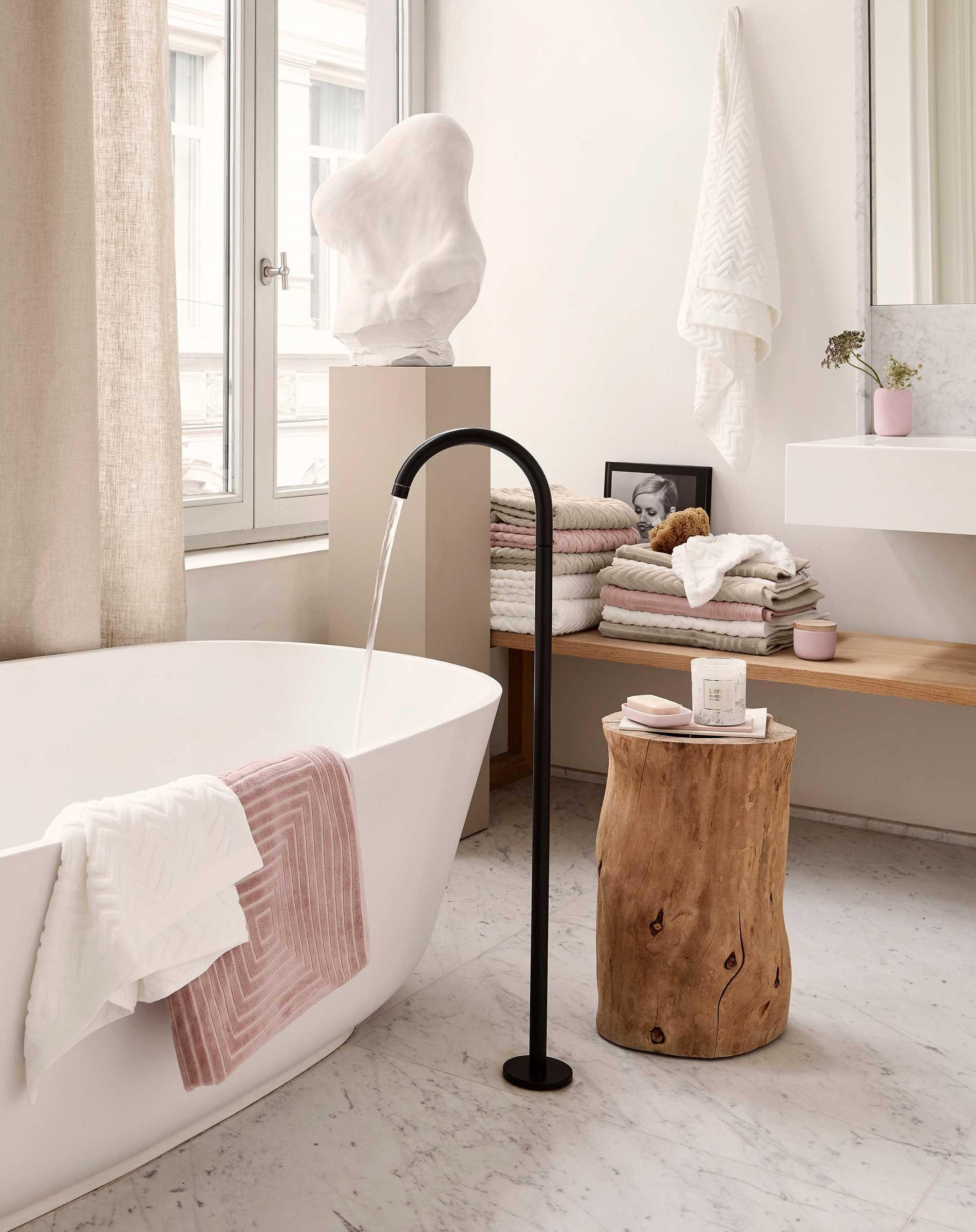 Svarta detaljer, naturmaterial och rosa handdukar är några av årets hetaste trender. Just de här är från H&M Home.