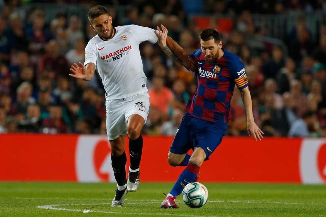 Daniel Carriço i kamp med Lionel Messi.