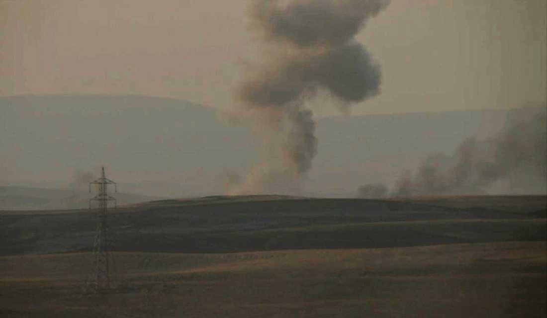 Denna bilden från AP visar hur röken stiger mot himmelen efter att USA:s luftangrepp mot IS nära staden Erbil i norra Irak.