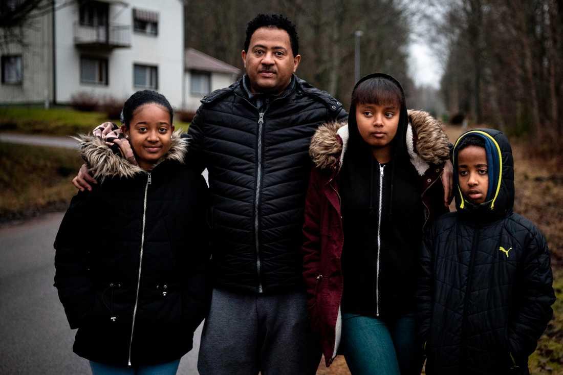 """Pappa Yonas med barnen Saron, Mahelet och Natenal. """"Det är ingen ute här, bara vi som promenerar ibland""""."""