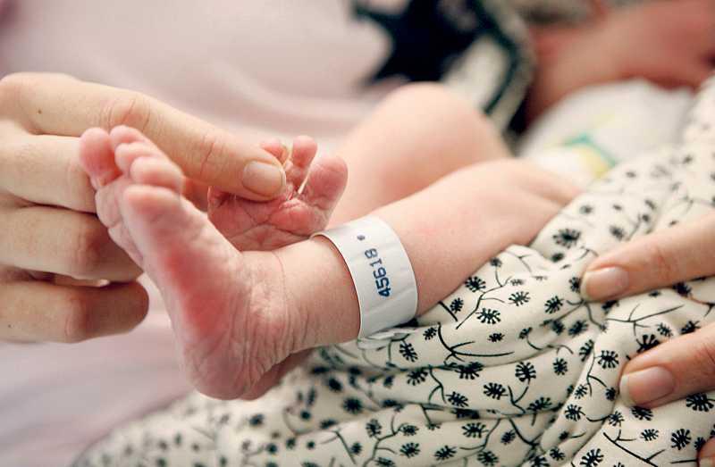 BRA HJÄLP – ELLER RENT HEMMA Barnmorskorna på Karolinska i Huddinge i Stockholm är hårt belastade efter det borgerliga landstingets besparingar. Samma personalstyrka förlöser i dag dubbelt så många som för några år sedan. Mona Sahlin måste ställa förlossningsvården mot städavdragen. Var behövs pengarna mest?