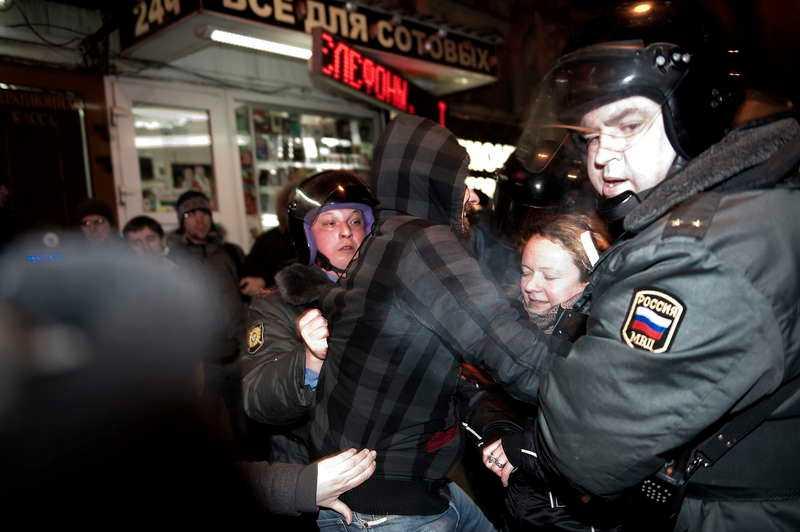 Vägrar erkänna resultatet  Polisen gick hårt åt Putins motståndare när de uttryckte sitt missnöje mot valresultatet. När protestmötet var slut attackerade kravallpolisen med tårgas och batonger och forslade bort demonstranterna till väntade bussar.