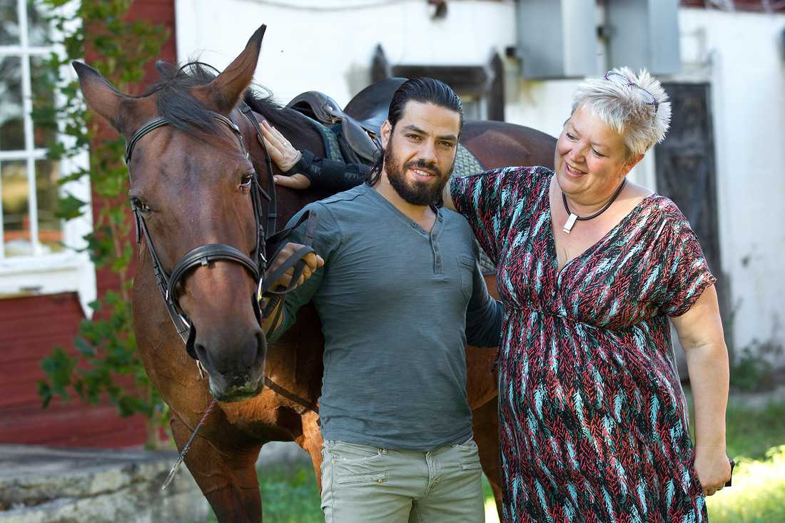 Naeef har fått en svensk extramamma och Barbro har fått sonen hon alltid drömt om. Här med hästen Guggies Girl.