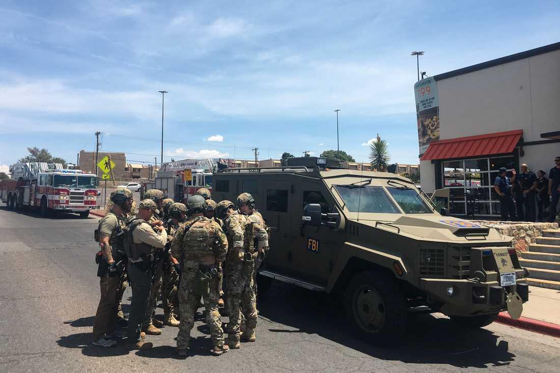 Poliser utanför köpcentret i El Paso där flera människor har skjutits ihjäl.