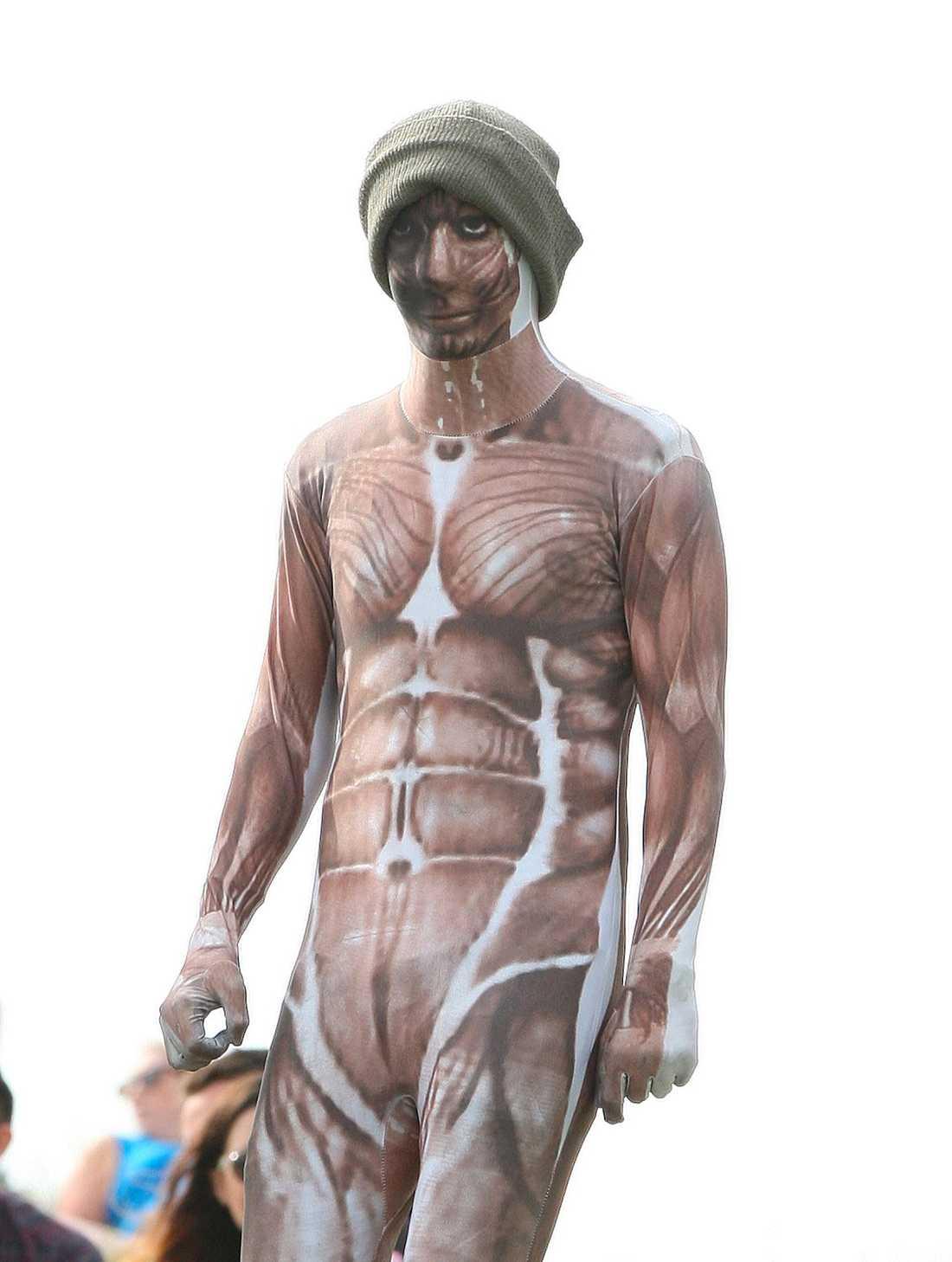 Harry i konstig kostym  Fördelen med att vara popstjärna är valfriheten att sätta på sig de mest märkliga persedlarna.