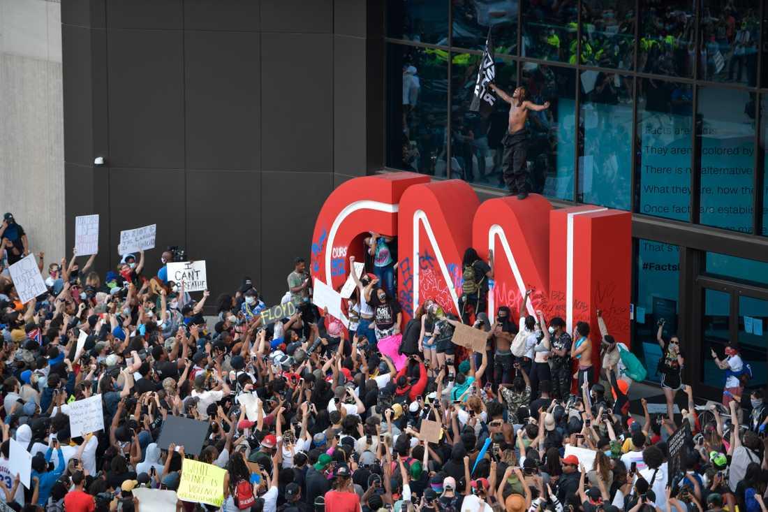 UNDER ATTACK Nyhetskanalen CNN:s huvudkontor i Atlanta, Georgia, i fredags efter att demonstranter protesterat mot polisvåldet när George Floyd kvävdes till döds i Minneapolis.