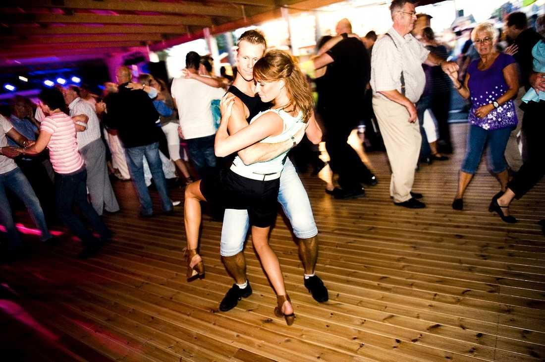 SVÄNGER SINA LURVIGA Henrik Samuelsson och kompisen Johanna Andersson dansar tillsammans på dansgolvet under fjolårets dansbandsvecka.