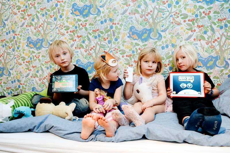 """""""TJEJSPEL ÄR PRINSESSIGARE"""". Justus, 7, Cornelia, 4, Stina, 5, och Victor, 7, i Stockholm spelar på surfplattor och mobiler. Efter lite funderande kommer de på att det nog är skillnad på spel för pojkar och flickor. """"Tjejspel är lite prinsessigare"""", säger de."""