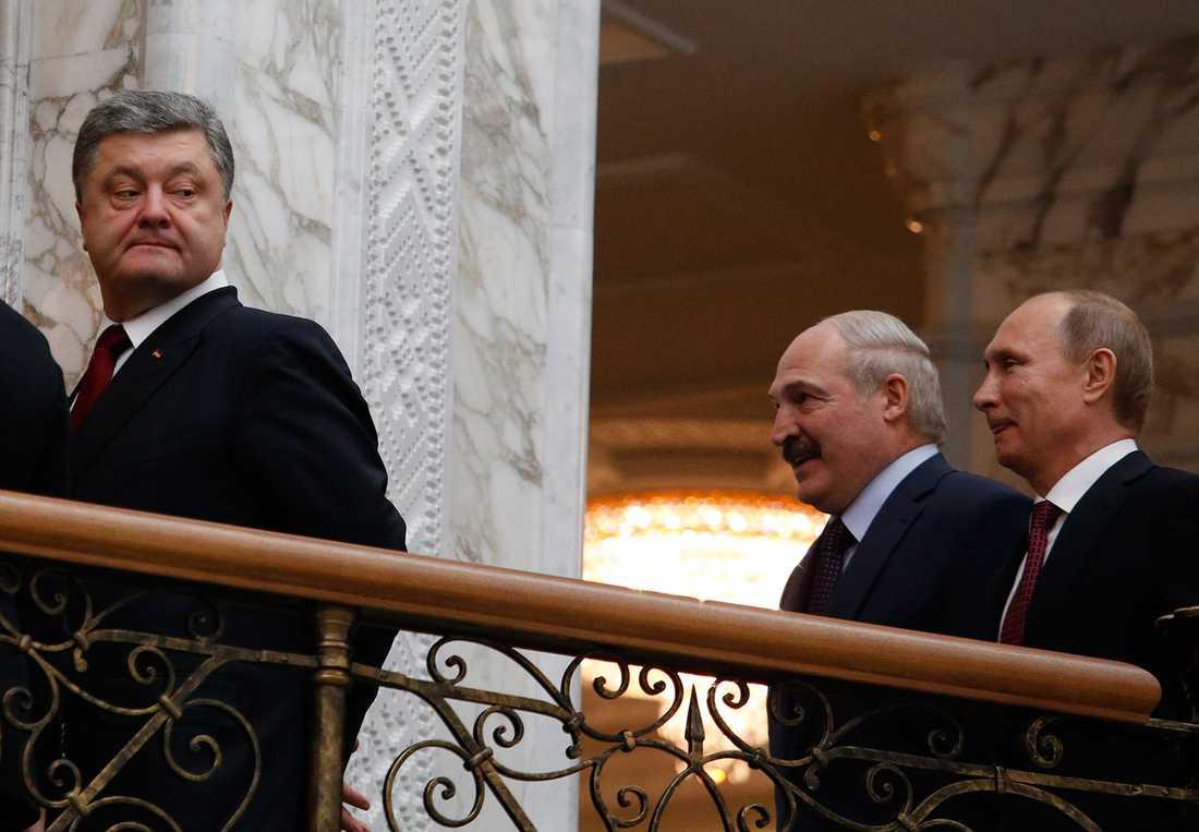 Porosjenko kikar bakåt på Vitrysslands president Lukasjenko som fnissar tillsammans med Putin.