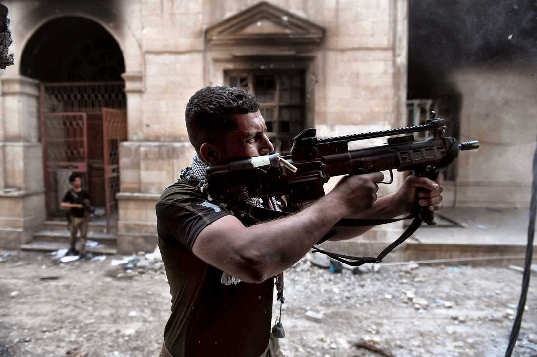 Irakiska soldater i strid med IS i västra Mosul.