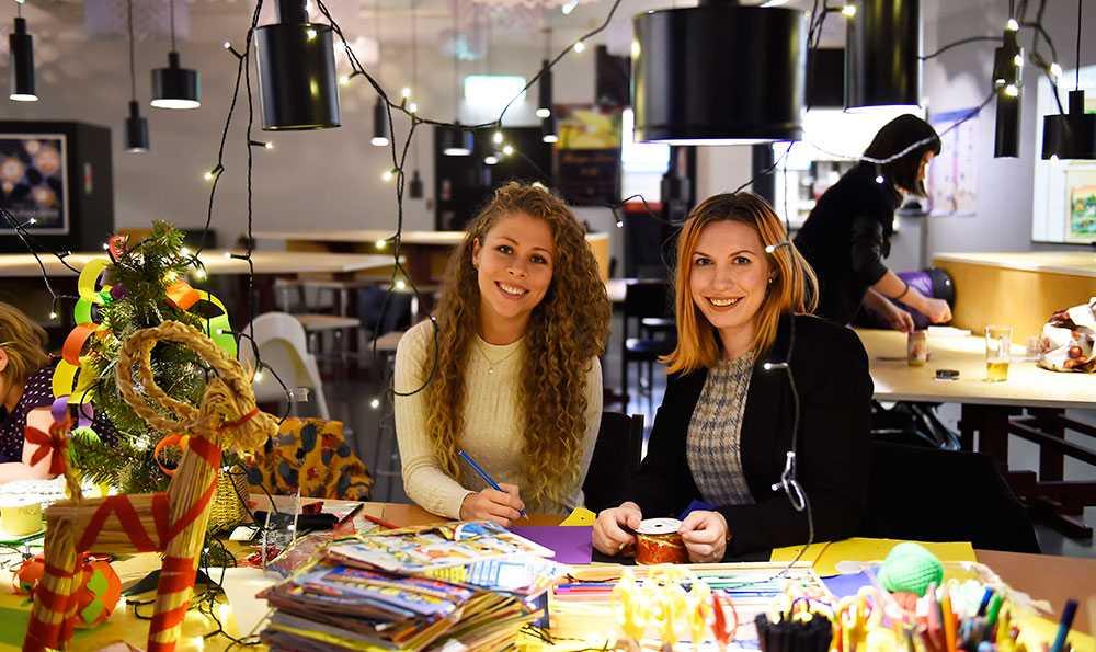 Joanna Lundqvist är volontär och jobbar med Jalla Jalla en jul för alla på julafton. Alice Berger kommer från föreningen Cool minds som organiserar julfesten.