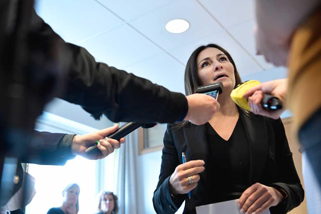 Målsägarbiträde Elisabeth Massi Fritz intervjuas av journalister utanför rättegångssalen i Uppsala tingsrätt.