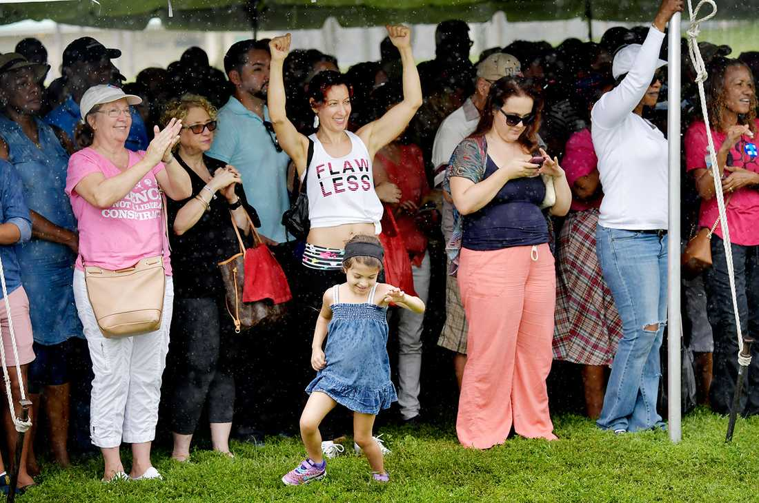 En tjej dansar i regnet under Clintons framförande.