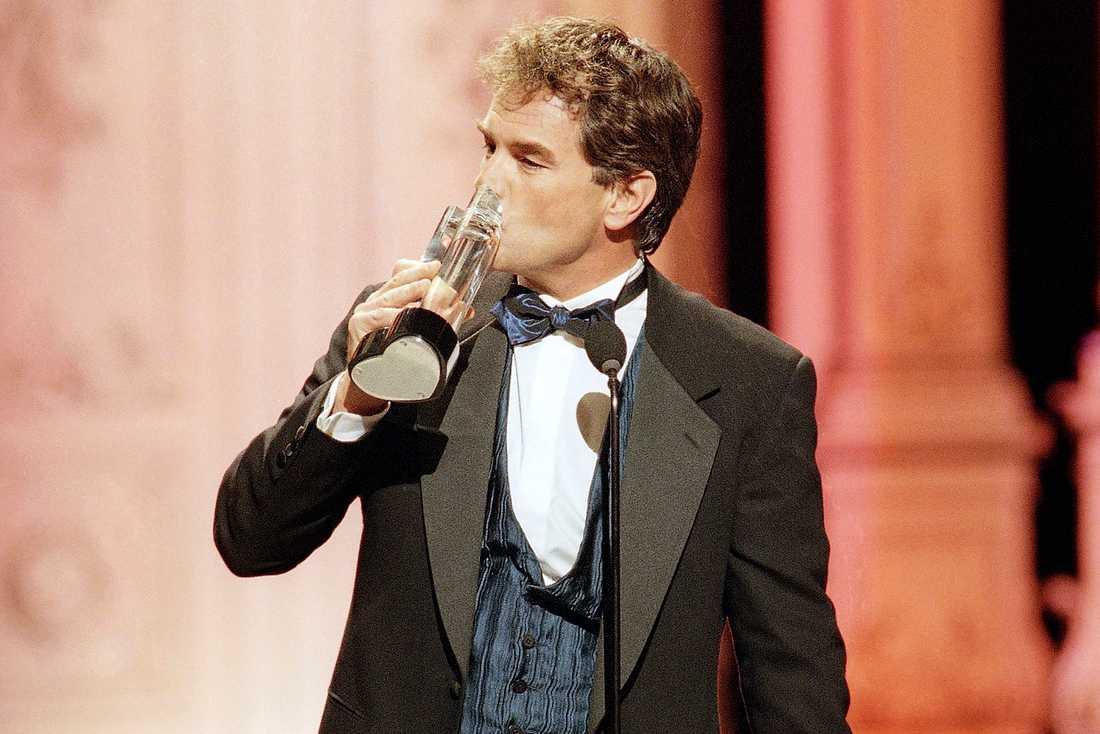 John Callahan tar emot priset för Outstanding Lead Actor på Soap Opera Digest Awards, Kalifornien 1998.