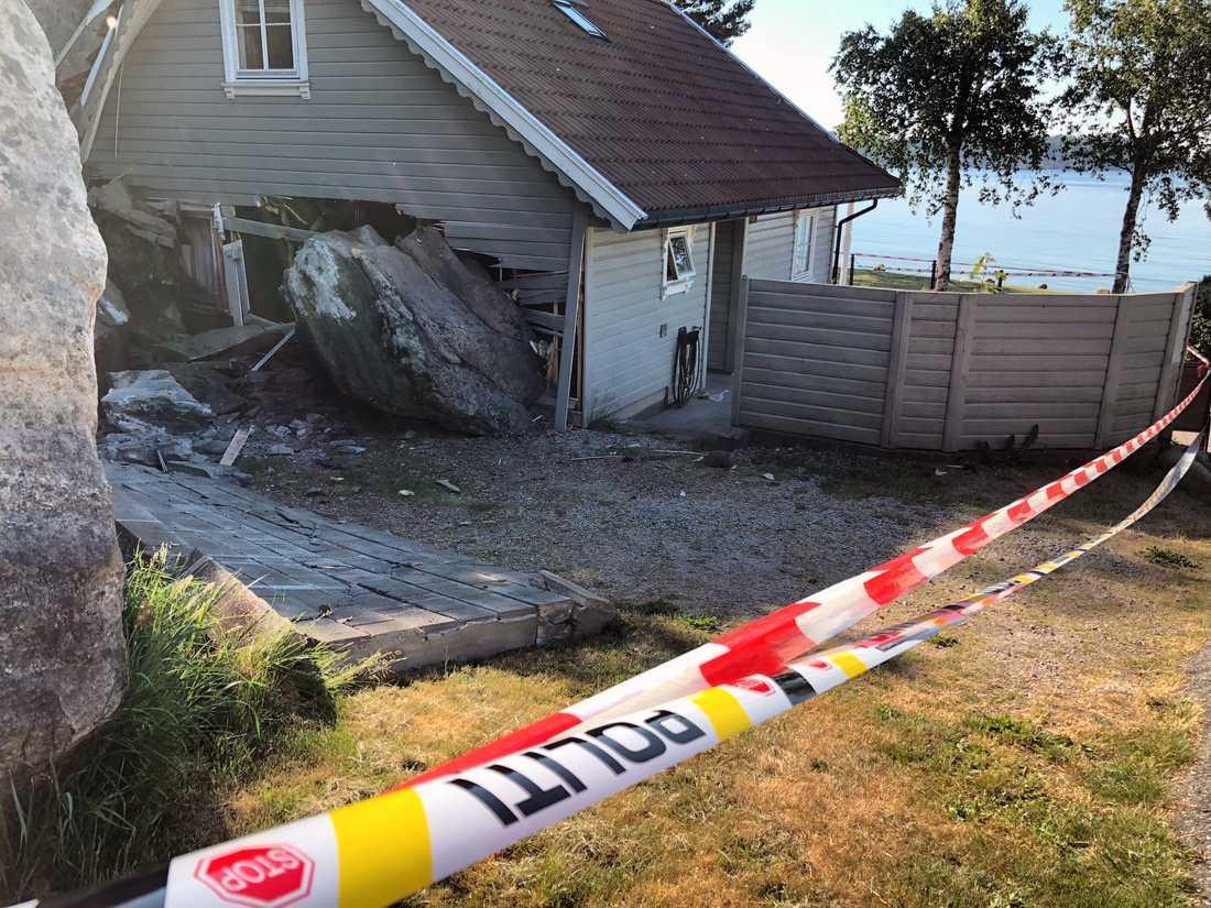 Den flera ton tunga stenen brakade rakt in i parets hus.