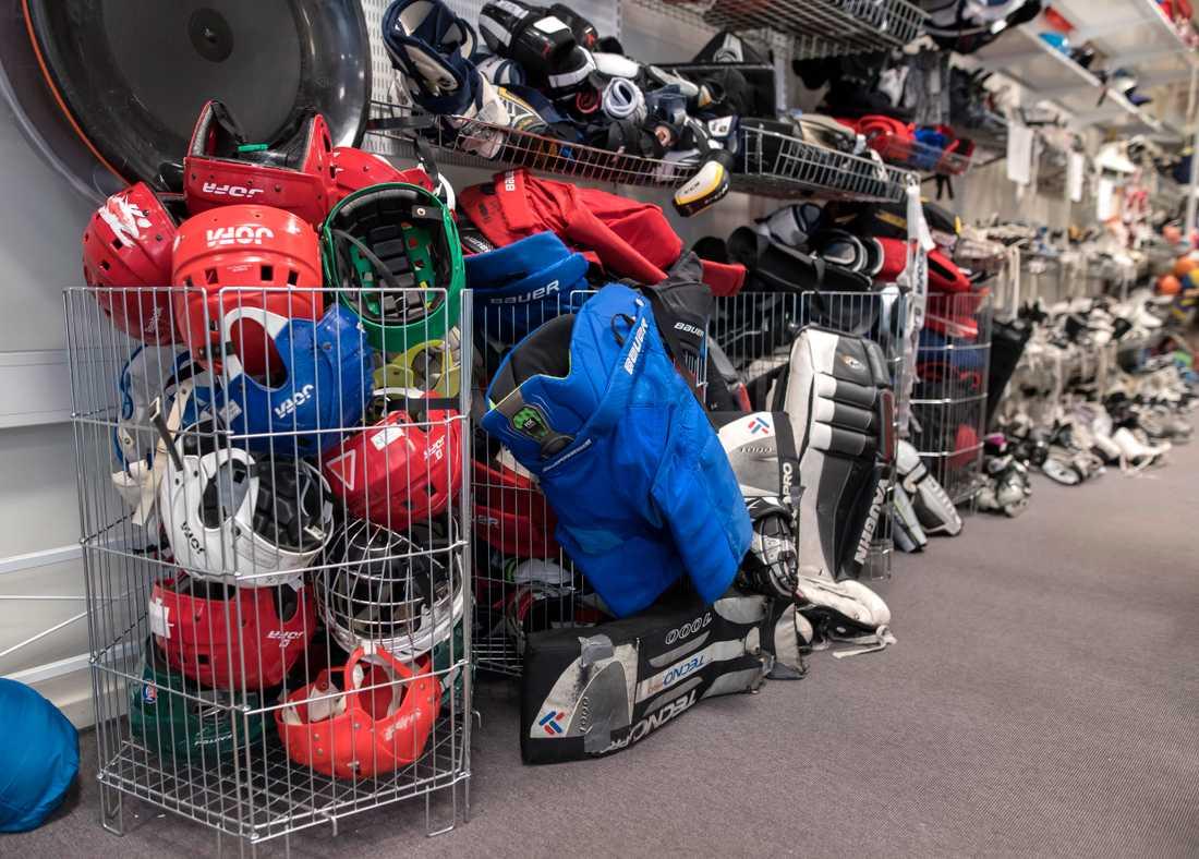 Lite hockey till helgen? Fritidsbanken lånar ut grejer för den som vill pröva.