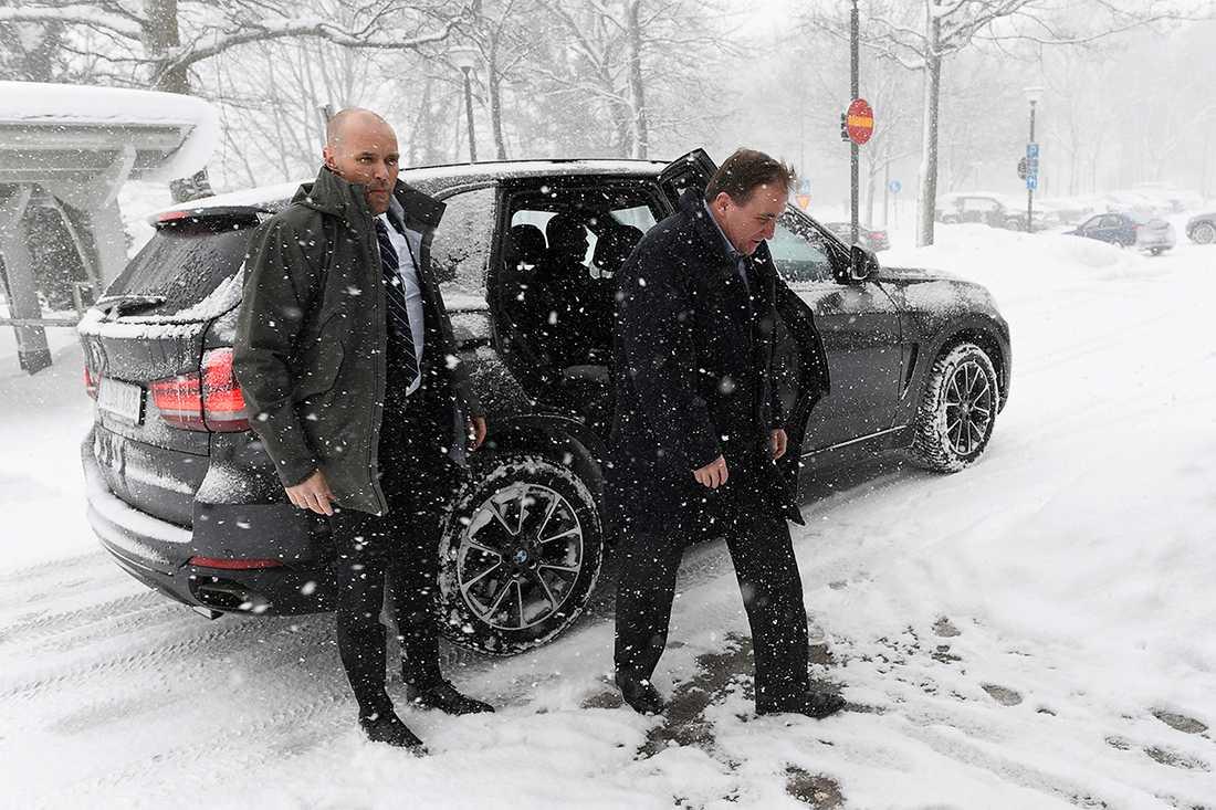 Stefan Löfven anländer till Borgholms lasarett.