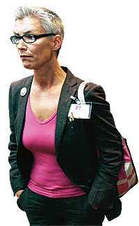 ensam på toppen Tiina Rosenberg har tagit över som frontfigur i feministiskt initiativ. Den tidigare så självklara huvudrollsinnehavaren Gudrun Schyman har fått ta ett steg tillbaka. Av vännerna beskrivs Tiina Rosenberg som stark och intelligent. Egenskaper som kan provocera när de tillskrivs en kvinna. Nu lever hon under dödshot.