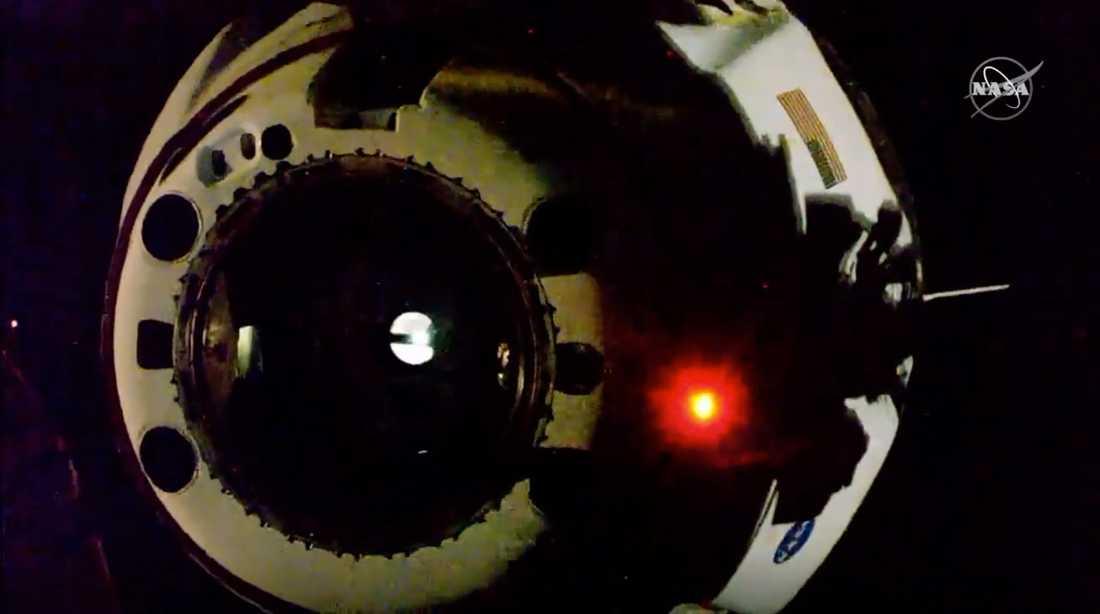 Space X rymdkapsel när den kopplades loss från rymdstationen ISS för återresan till jorden.
