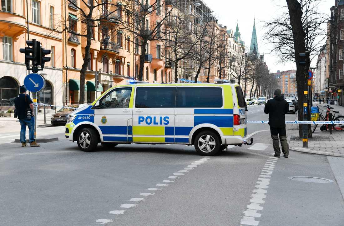Poliser och avspärrningar på den platsen för skottlossningen. Arkivbild.