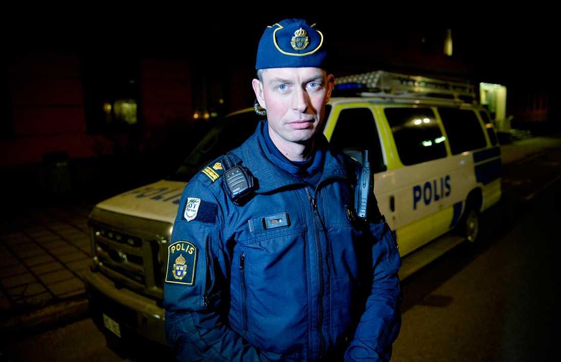 Patric Josefsson, en av poliserna som var med i polisbussen som utsattes för handgranatattack i fjol.