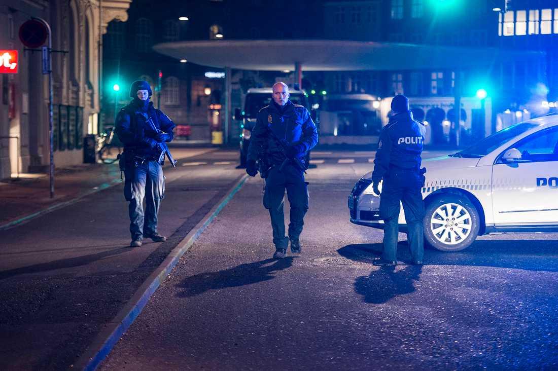 Poliser med dragna vapen utanför synagogan.