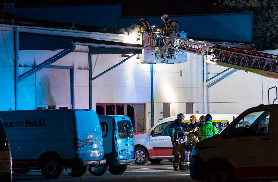 Räddningstjänsten arbetar med att släcka en brand i en industrilokal i Bulltofta i Malmö natten till onsdagen.