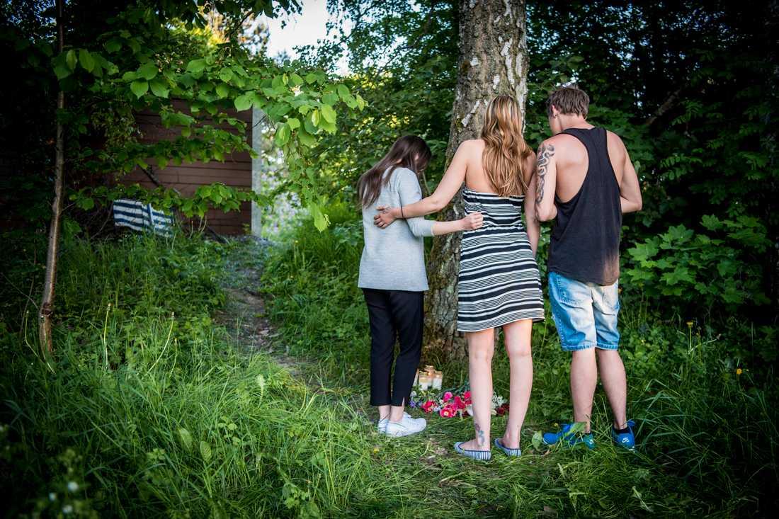 Amanda Jansson, Molly Palmborg och Hannes Spännarekom förbi och lämnade rosa blommor.
