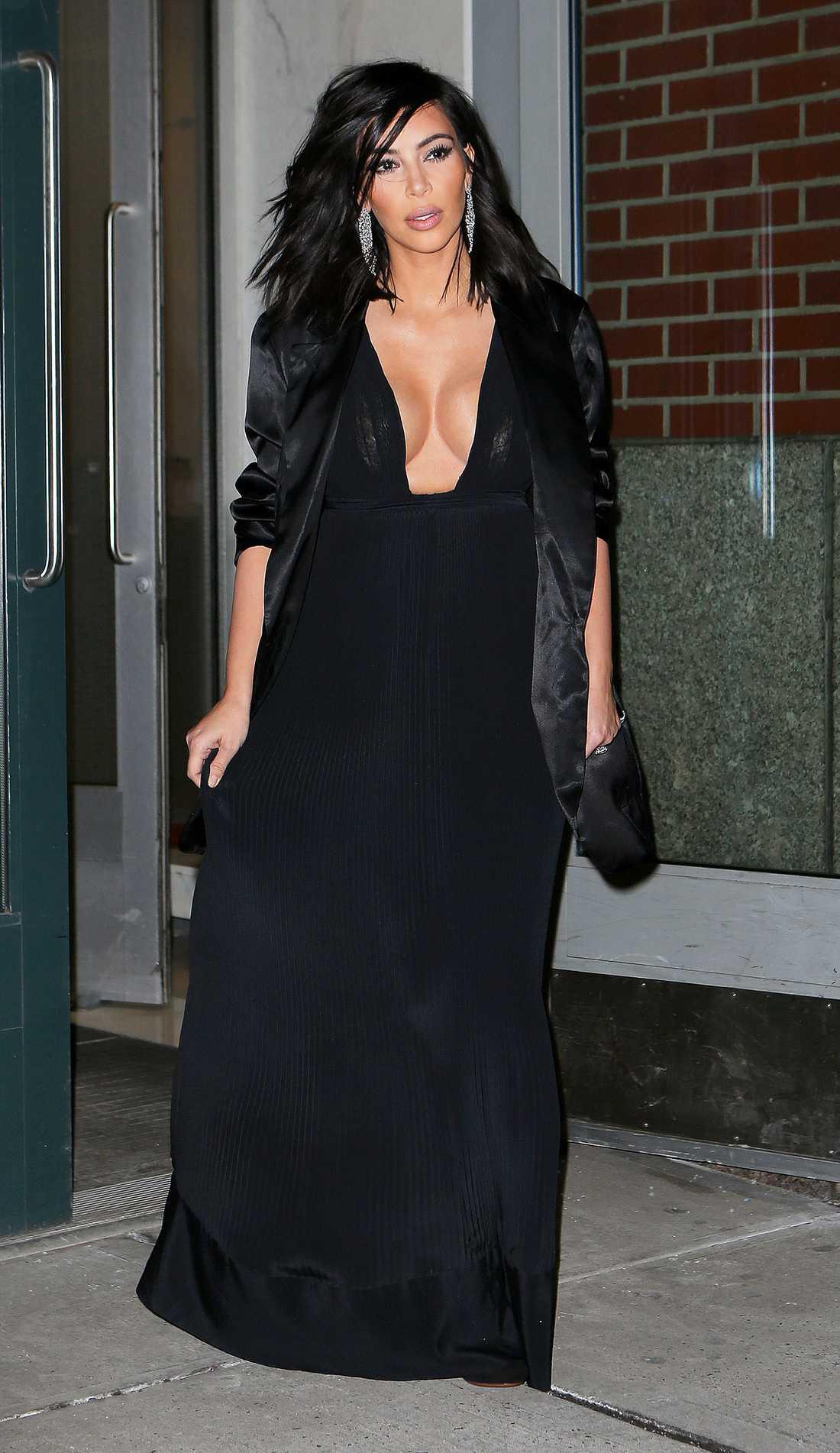 Kim Kardashian Kim Kardashian i elegant stass med en rejäl urringning så det gäller att hålla rätt på behagen. Till den nattsvarta looken satsar hon på rejäla örhängen vilket lyfter festoutfiten perfekt!
