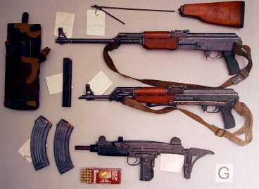 Förutom kpistar, automatkarbiner, hagelgevär och pistoler fann polisen också handgranater och sprängdeg i förrådet.