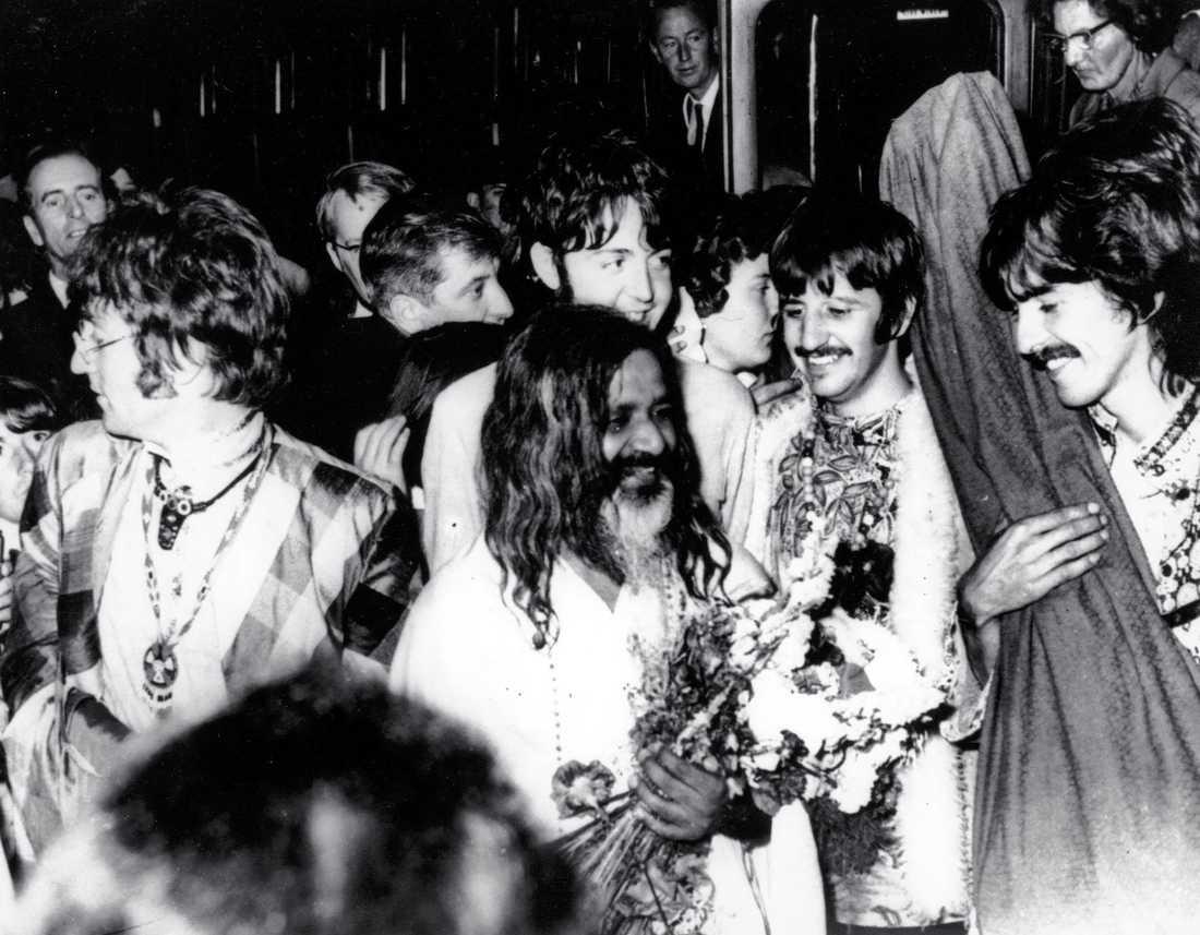 """Transcendental mediation blev berömd när Beatles lärde sig den på 60-talet: här med """"sin"""" guru Maharishi."""